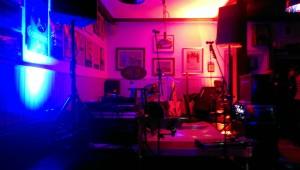 Mega kleine Bühne mit gekippter Bassbox rechts hinten.